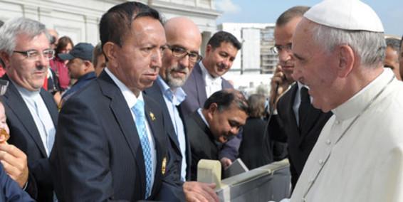 """Luis Delgado """"el sastre del Papa"""" en la actividad llamada Besa manos con el Papa Francisco"""