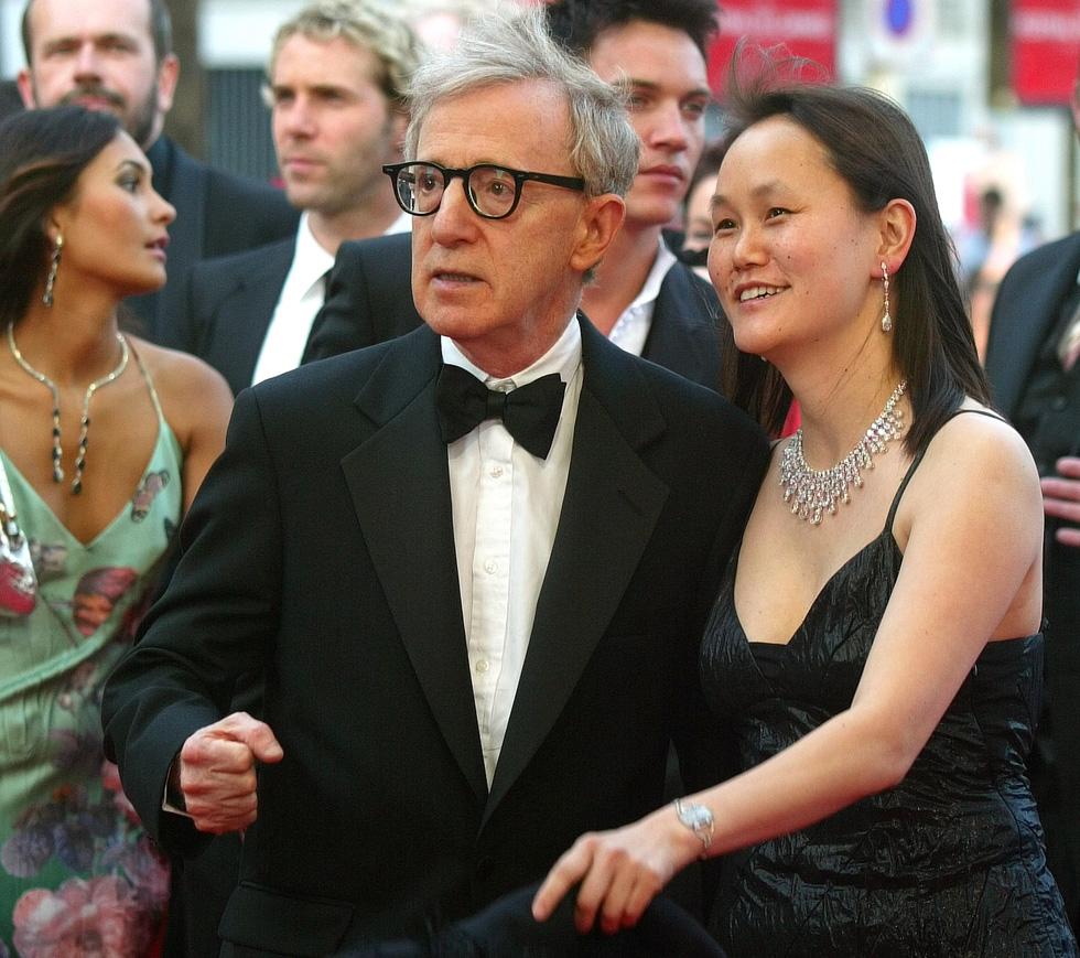"""Woody Allen e sua moglie Soon-Yi Previn alla proiezione di """"Match Point"""", 2005 (AP Photo/Lionel Cironneau)"""