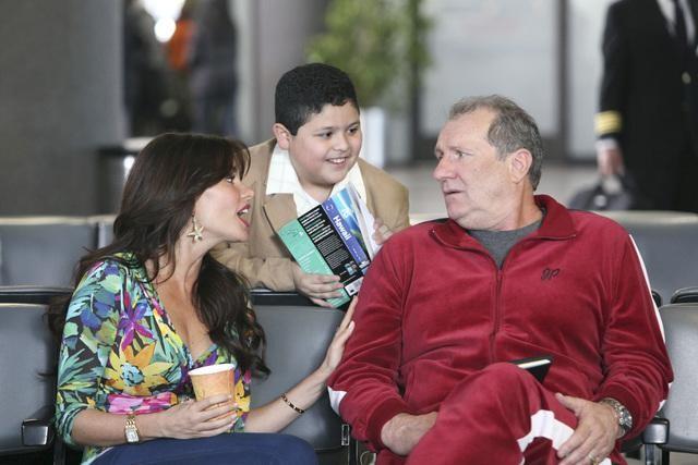 """MODERN FAMILY - """"Airport"""" (ABC/DANNY FELD) SOFIA VERGARA, RICO RODRIGUEZ, ED O'NEILL"""