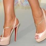 Si no sabe con cuáles zapatos combinan con su elección de prendas vaya a la fija, unos zapatos 'nude' (color camel o beige) siempre son una buena opción para cualquier atuendo. Tomada de internet / EN EL NOMBRE DE LA MODA