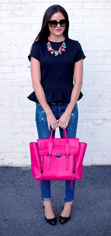 El bolso que contrasta con el resto del atuendo le da un toque divertido a la apariencia de cualquier mujer. Imagen tomada de internet / EN EL NOMBRE DE LA MODA