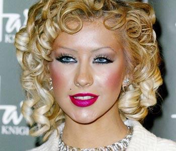 En la fotografía Cristina Aguilera intentó con ese maquillaje, al menos eso parece, lograr un aspecto romántico, sin embargo rayó en los límites de la exageración y quedó como una caricatura de una mujer de los años 70. Imagen tomada de internet / EN EL NOMBRE DE LA MODA