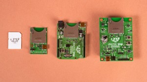 Tarjetas de ranura para chips IMP, junto a un chip.